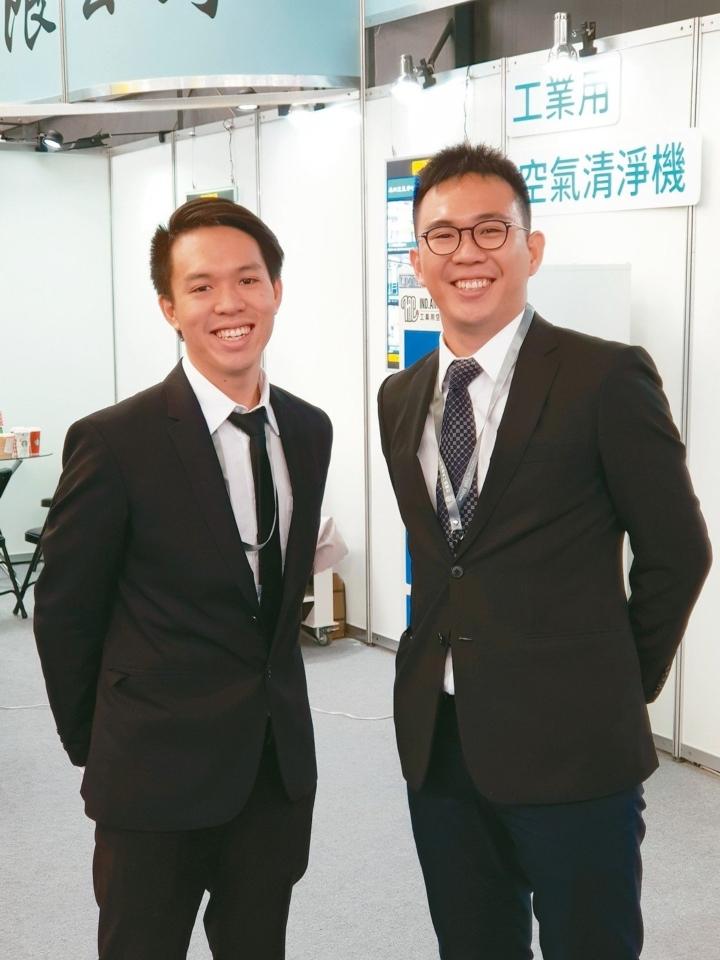 庫林工業經理施政君(右)與副理施政宏在工具機展現場合影。 魯修斌/攝影