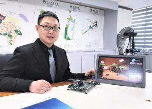 耐能智慧董事長劉峻誠展示精準的3D人臉辨識應用。記者李珣瑛/攝影