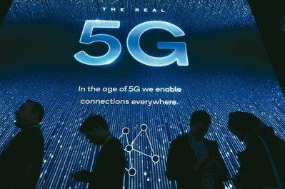 在今年拉斯維加斯國際消費電子展(CES)上,「5G」搶盡鋒頭,三星電子家電部門負責人金炫奭在CES記者會上宣告:「今年是5G元年」。5G通訊速度可達目前的100倍,聯網汽車等與數據有關的產業勢將迎接巨大商機,產業結構也可能因此大幅改變。 圖/網路照片、法新社