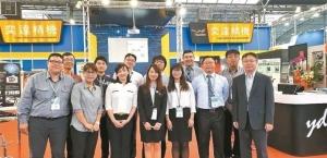 奕達精機總經理蒲宏彥(右一起)、行銷副總林晉州,帶領國內外服務團隊,協助客戶打造智慧工廠。 奕達公司/提供
