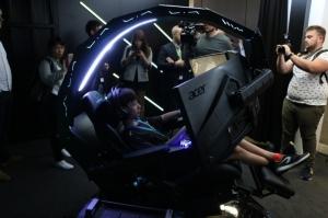 宏碁新推出的電競座艙Predator Thronos超酷炫,售價從1萬美元(約新台幣30.5萬元)起跳。(記者曾仁凱/攝影)