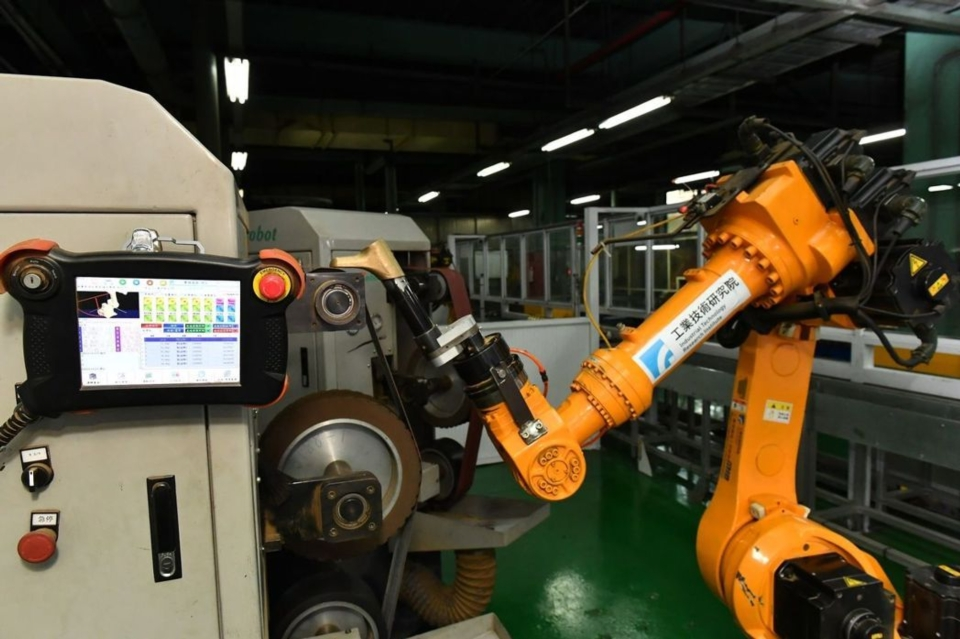 與國外機器手臂相比,工研院第一代CPS研磨拋光技術,透過離線編程免除傳統機器人教導費時的困境,將編程時間由14天縮短到一天。(圖:工研院提供)