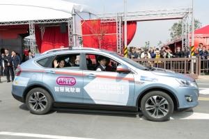 蔡英文總統搭乘由經濟部技術處科技專案支持的ARTC自駕車,體驗台灣首座自駕車測試場域情境功能