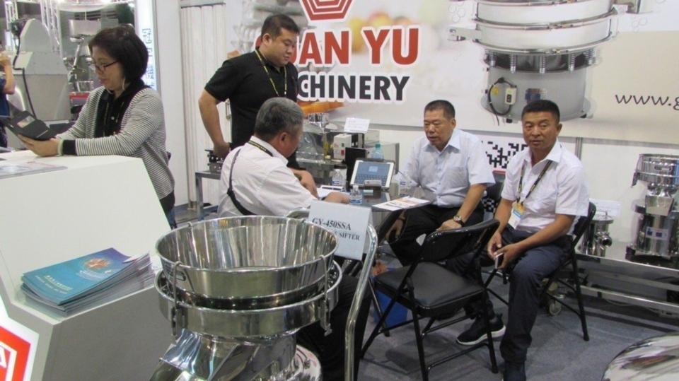 冠宇機械董事長顏春夏(右二)為客戶眼中的震動篩分技術達人。 翁永全/攝影