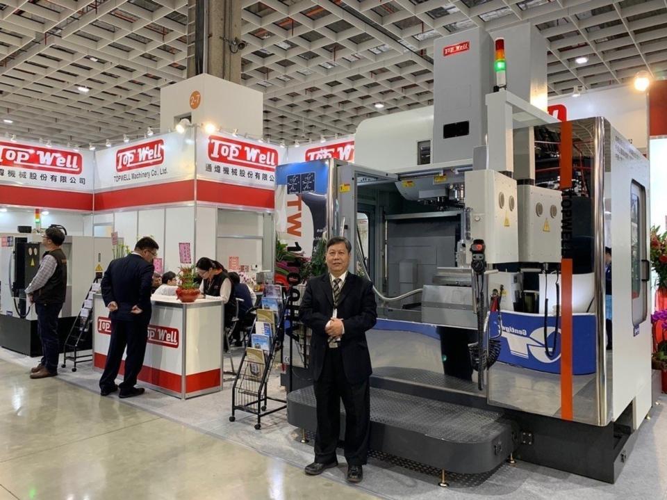 行銷全世界的通煒機械總經理馬洪甲先生與立臥五面加工機合影。(范文馨/攝影)