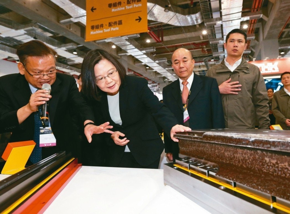 工具機大展開展,首日各大廠接單傳來好消息,蔡英文總統(中)在機械公會理事長柯拔希(右)陪同下,也到場參觀。 記者許正宏/攝影