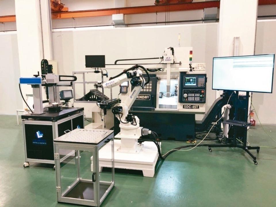 昇岱公司展出SDC-45E機台配置3軸的門型機械手。 昇岱公司/提供
