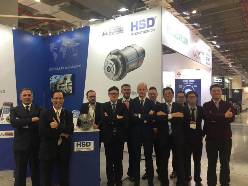 HSD集團總經理Fabrizio Pierini及業務團隊,與代理商一佳公司總經理張乙諒、副總經理張勝利等,攝於2019 TIMTOS展會場。