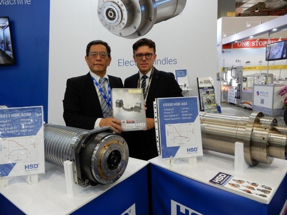 HSD集團總經理Fabrizio Pierini(左)、一佳公司副總經理張勝利,共同展示高精密主軸頭。 翁永全/攝影