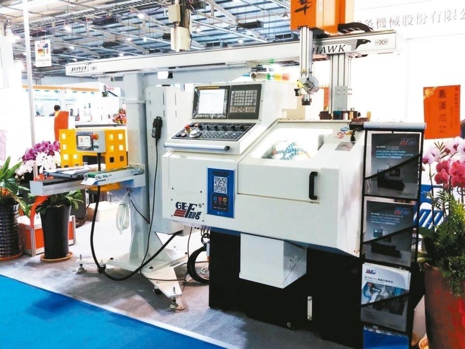 錡夆機械G-32HA-DE走刀式CNC車床搭配門型機械手。 錡夆機械/提供