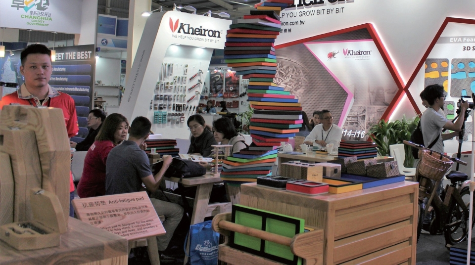 Best Friend Enterprise is carving out a niche in the hand tools and hardware industries, with their specialties EVA foam and wooden products. (Photographed by Chao Ting-yu)