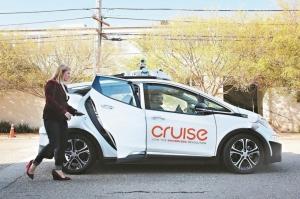 通用汽車(GM)、Waymo等公司正競相研發完全無人駕駛汽車,然而加州政府的最新紀錄卻顯示,儘管這些企業已取得一些進展,但有時仍需安全操作人員來控制方向盤。換言之,自駕車目前還無法完全脫離人類的操控。 圖/路透、美聯社