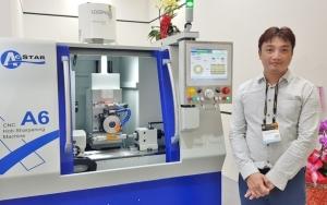 宏旺精密經理黃哲偉表示,A6/A6+系列 CNC滾齒刀修銳研磨機採用先進的計算機控制,是一款高精度,多功能磨床,可有效提高生產效率及產品開發競爭力。 戴辰/攝影