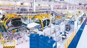 大陸全國規模以上工業企業今年前兩個月的利潤總額較去年同期大減14%,為近十年來最大衰退幅度。圖為江蘇常州一家汽車製造廠。 網路照片