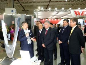 經濟部長沈榮津(左三)、外貿協會秘書長葉明水(右二)及機械公會理事長柯拔希(左二)參觀綜合加工機生產的高精密零組件。貿協提供