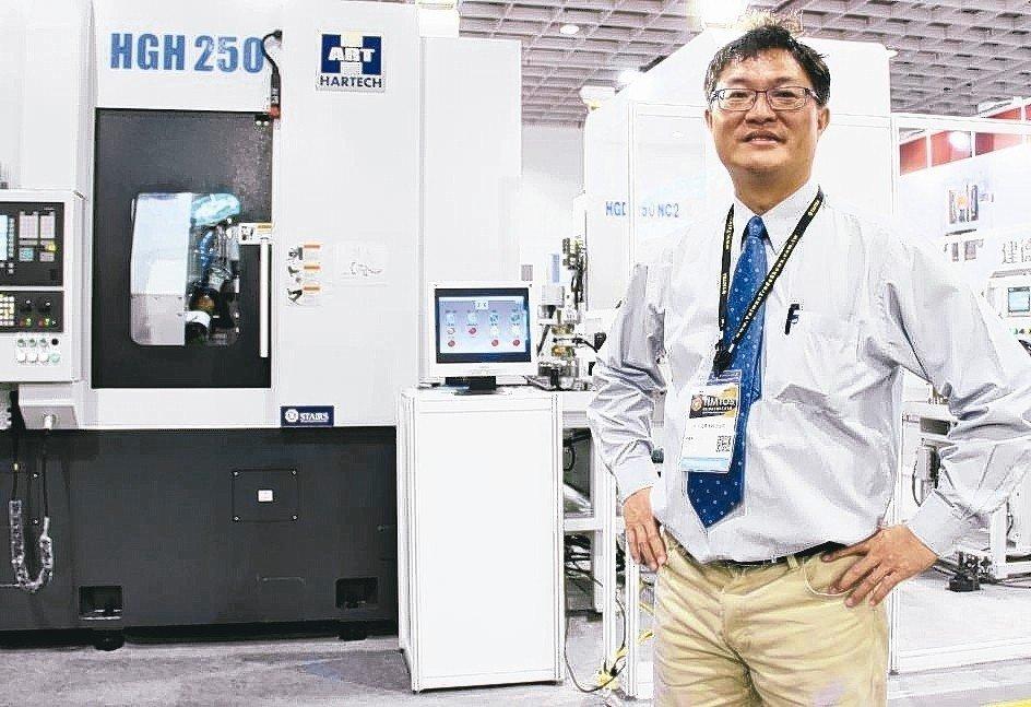 和大工業自動化辦公室經理蔡耀毅說明,齒輪智慧製造產線各項製程及核心技術。 戴辰/攝影