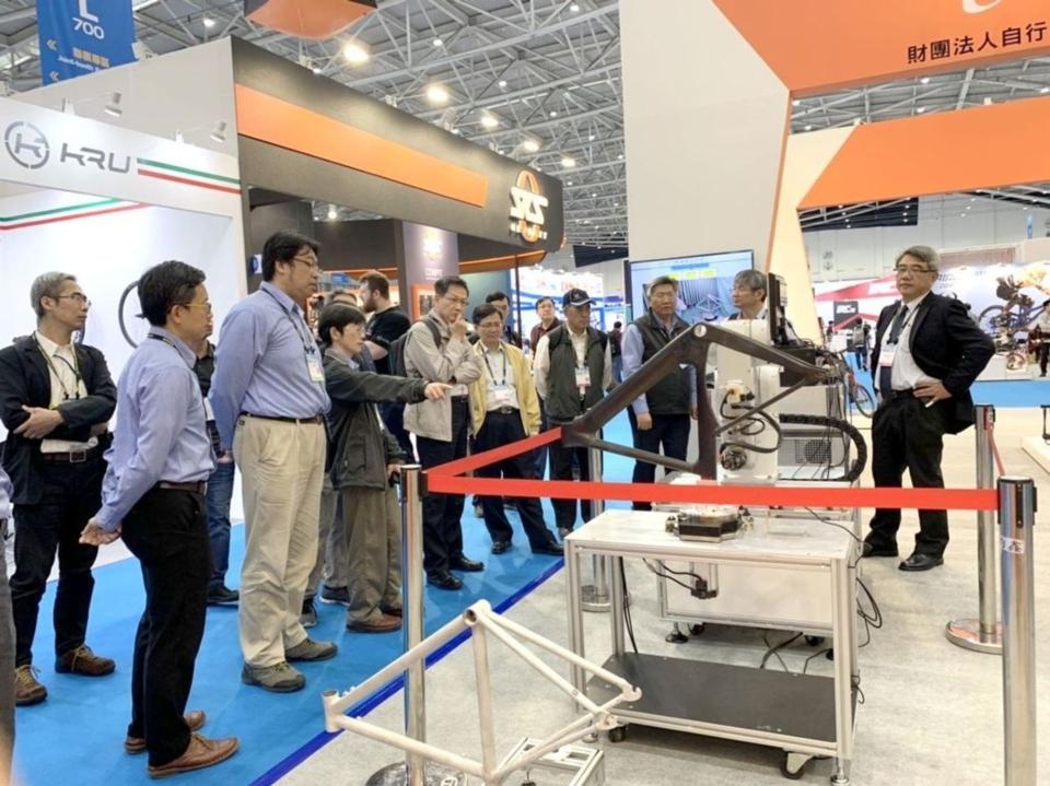 自行車中心在台北國際自行車展中呈現智慧機械成果展示,吸引參觀者的駐足。 CHC/提供