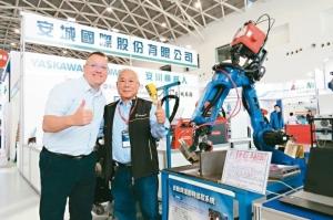 安城國際經理鄭進成(右)攜手Robotmaster軟體亞洲區經理Ian Thompson,以專為工業機器人設計的離線編程軟體Robotmaster,協助ROBOT操作及編寫控制程式更加簡易。 李福忠/攝影