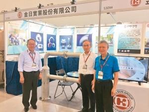 日本MIE TECHNO副社長竹浦修(左至右)、社長永井賢治與金日實業總經理李麟添於展品前合影。 戴佑真/攝影