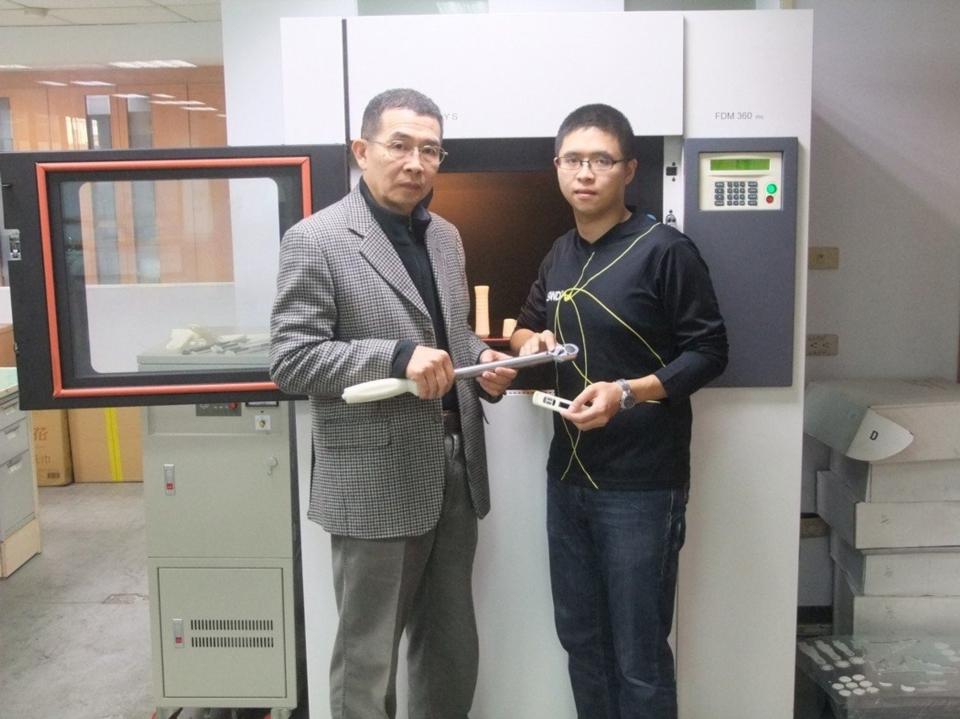 首君企業創辦人蕭烜森(左)與蕭方韋一同合影。 業者/提供