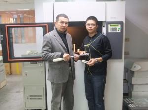 首君企业创办人萧烜森(左)与萧方韦一同合影。 业者/提供