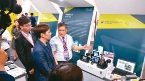 在「2019智慧城市展」中铨鼎科技总经理郑旭峰,深入介绍最新的协同式车联网与安全辅助驾驶节能方案,赢得肯定。 图/铨鼎科技提供