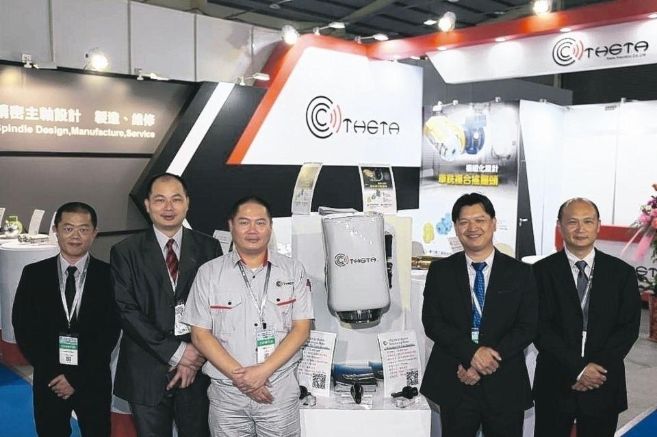 董事長李智偉(右二)、總經理施金調(右三)與釸達菁英幹部於展場合影。 黃奇鐘/攝影