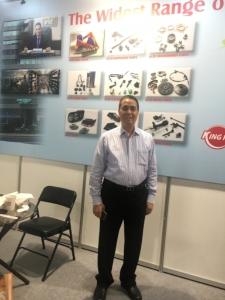 勝霸謝董事長展示該公司的全球銷售網絡。劉秀娟/攝影