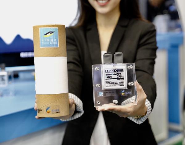 相較於傳統鋰電池(140~180 Wh/Kg),工研院的下世代高能量鋰金屬固態電池(>350Wh/Kg)能量密度高一倍,且具備高續航力跟高安全係數,可增加產品單次使用時間。