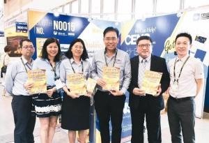 泰國汽配展主辦單位代表PAUL(左四)到經濟日報/中經社攤位與同仁合影並推薦TTG汽車零配件雜誌。經濟日報也是泰國汽配展台灣區銷售代理。 倪榮松/攝影