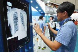智慧醫療議題夯,ICT業者參加2019年台灣國際醫療暨健康照護展,跨界搶商機,圖為去(2018)年展覽現場。 李炎奇/攝影