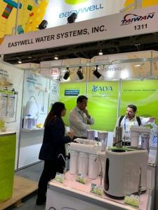 益鋭公司自创品牌ALYA,展出系列净水产品,买主询问度高。
