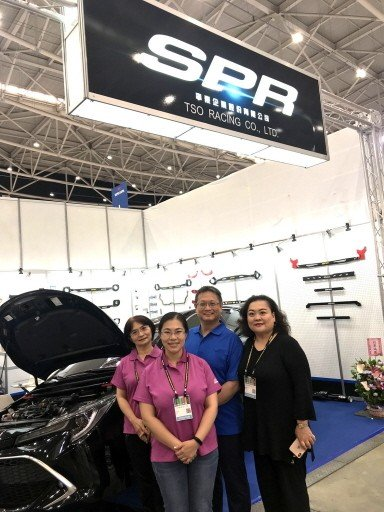 "TSO Racing Co. General Manager Tso Pei-chen (second from right) and Asia-Pacific Region General Manager Tso Tsai-li (first from right) says their brand ""SPR"" of strut bars are widely recognized and trusted by buyers. (Photo provided by CENS.com)"