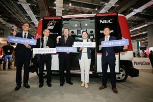 台北AMPA展出的电动化,智慧化的电动巴士吸引目光。(外贸协会/提供)