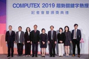 外貿協會副秘書長林芳苗(中)與貴賓於COMPUTEX2019 趨勢關鍵字熱搜記者會暨頒獎典禮合影。 貿協/提供