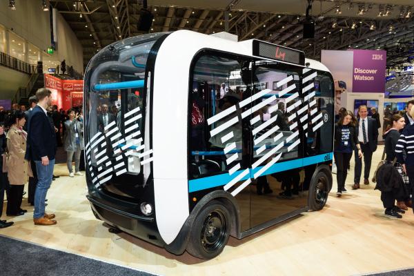 IBM攜手車廠打造自駕電動巴士「Olli」,內搭載IBM人工智慧「華生」,不僅可和乘客即時對話,還可提供個人化推薦服務,是全球第一輛採用人工智慧和乘客溝通的交通工具。