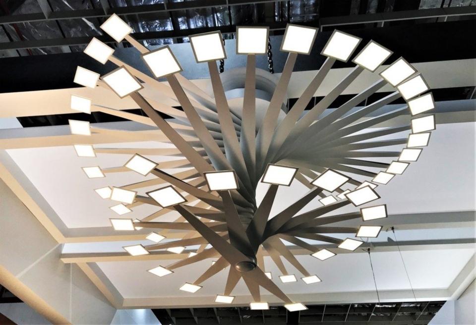 2019照明展中展出的「迴」,由27支的支架迴旋OLED上升組合而成的放射構造,是工研院與亞帝歐光電合作率先為OLED照明產品建立規格及模組化系統,所開發出的高相容性驅動設計。 記者李珣瑛/攝影