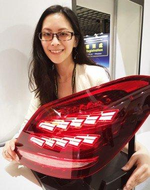 工研院與帝寶合作開發的「OLED 車用先進環保車燈」,省去導光板,組合簡單,暨輕量化且輕薄短小、防炫光,可節省尾燈的尺寸厚度,增大後行李箱的空間,搶攻車用照明利基市場,已獲國際大廠關注。 記者李珣瑛/攝影