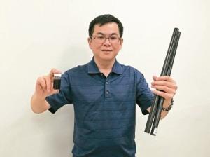 工研院材化所劉時州博士與團隊研發出「胺基奈米碳管」粉末,並將「輕量化高制振碳纖維複合材料」製成產品,生產成本大幅降低。 工研院╱提供