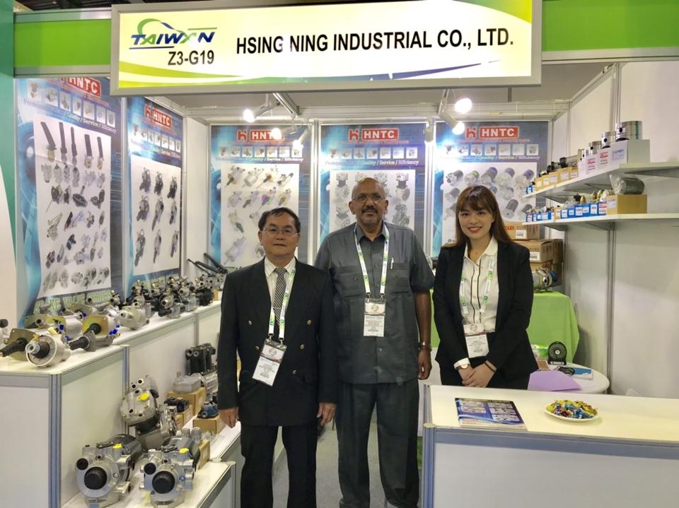 興菱公司出口部經理周文義(左),與來訪買主合影。 楊逢峮/攝影