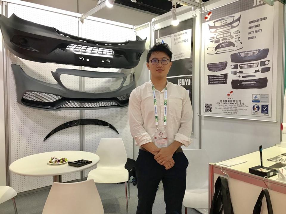金憶公司經理郭信宏展示高品質保險桿及改裝件。 楊逢峮/攝影