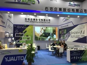 上海法蘭克福汽配展中李玫芳經理(左二)與買家相談甚歡./蔡耀章攝影
