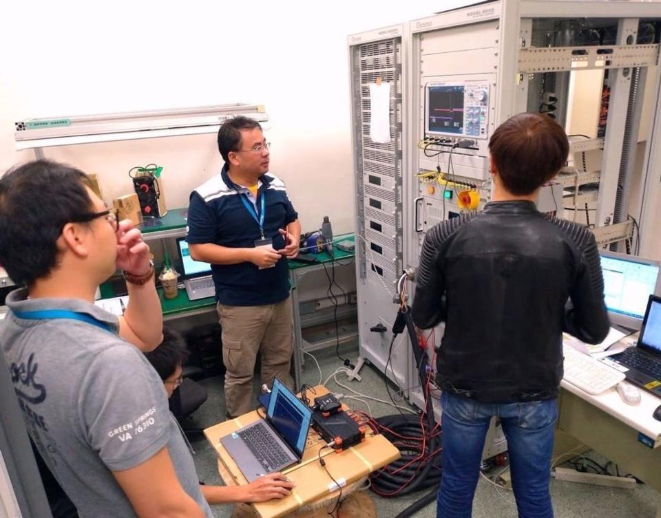 船舶中心與致茂電子外銷快速充電機檢驗設備至日本車廠前,由研發團隊與船舶中心技術主導工程師許孝友(中)進行出貨前的精密檢測。 船舶中心/提供