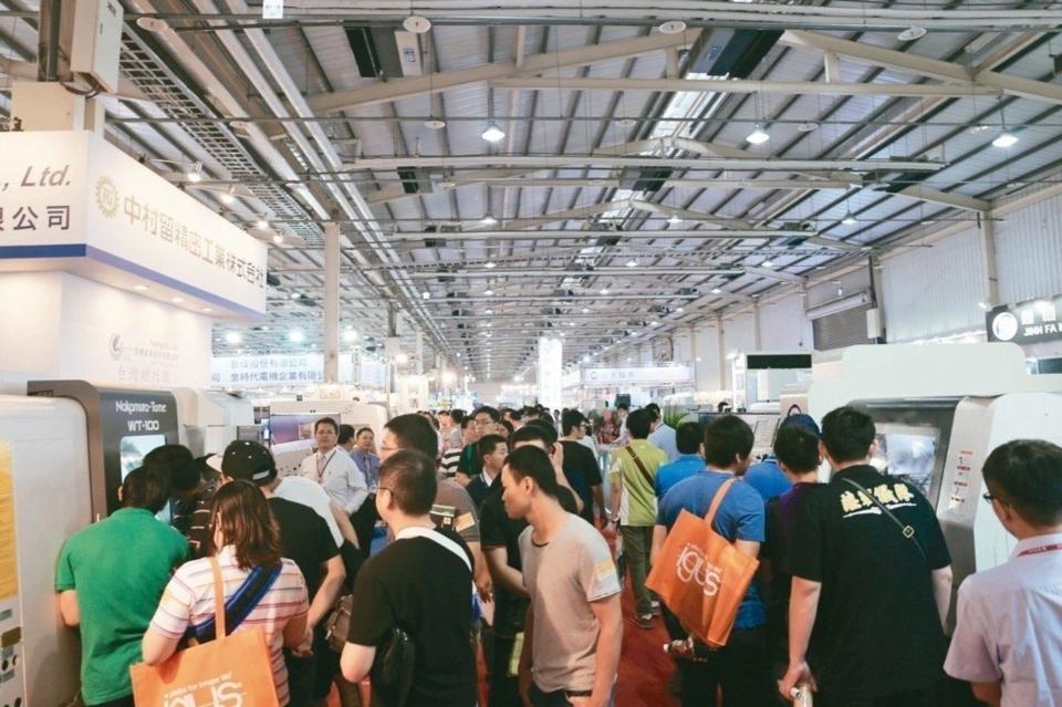 台中自動化展與塑橡膠工業展,往年均吸引眾多業者及台商回台與大批採購者蒞臨參觀。 黃奇鐘/攝影