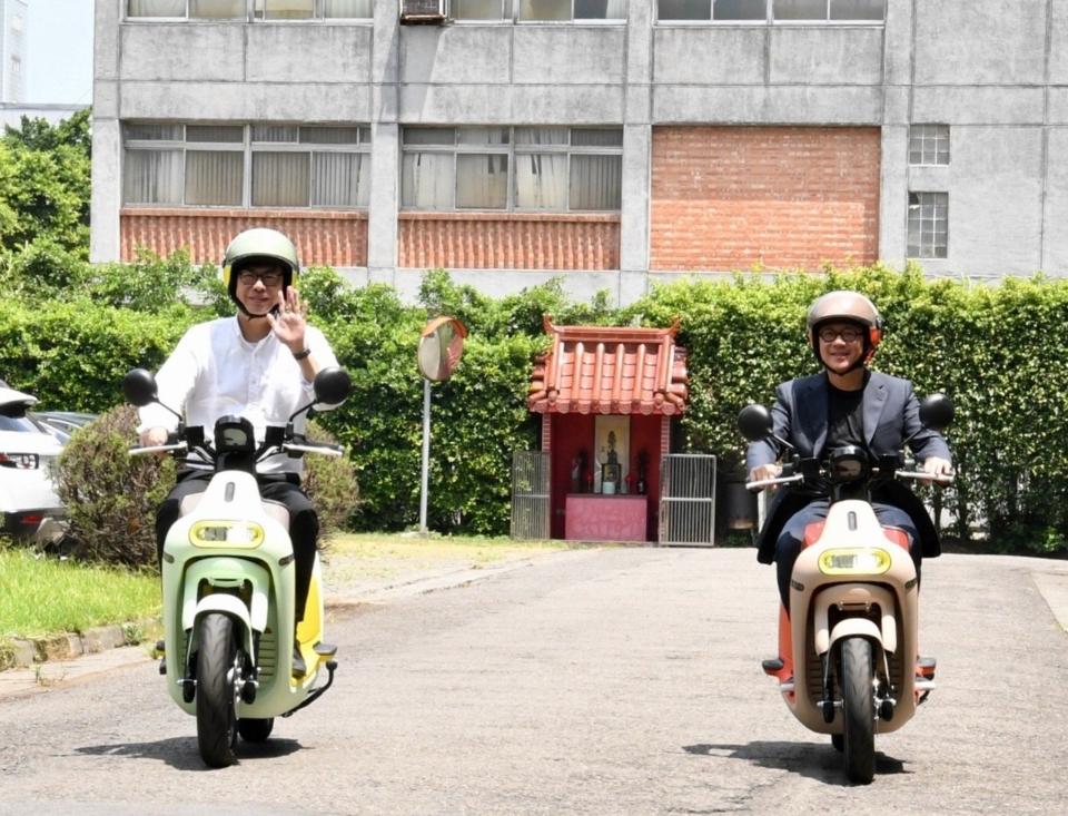 行政院副院長陳其邁(左)與Gogoro執行長陸學森,試乘Gogoro 3車款。行政院提供