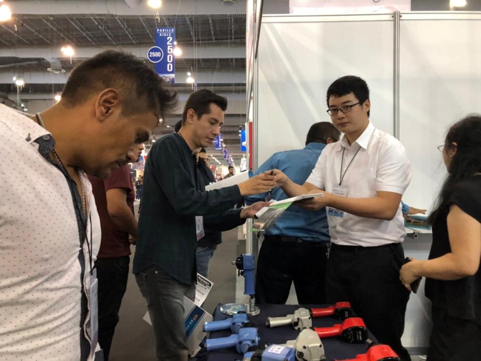 亞柏士展示輕量化專業氣動工具,吸引眾多買主關注。陳妍貝/攝影