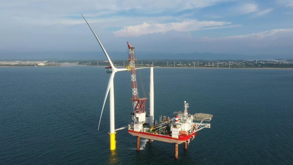 海洋風電積極進行第二階段風場開發,並已於7月24日成功於苗栗外海安裝首支風機。圖/海洋風電提供