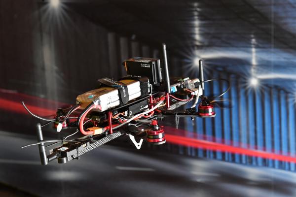 工研院研發「無人機隧道飛行解決方案」,可在沒有GPS環境下精準定位拍攝,如隧道、鋼橋、橋底、離岸風機等深處,進行滲水、劣化等檢測。