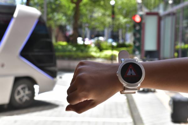 工研院展示5G時代重要車聯網技術C-V2X,如運用在智慧手錶上,行人穿越斑馬線遇到紅燈時,智慧手錶會即時警示,提升道路安全。