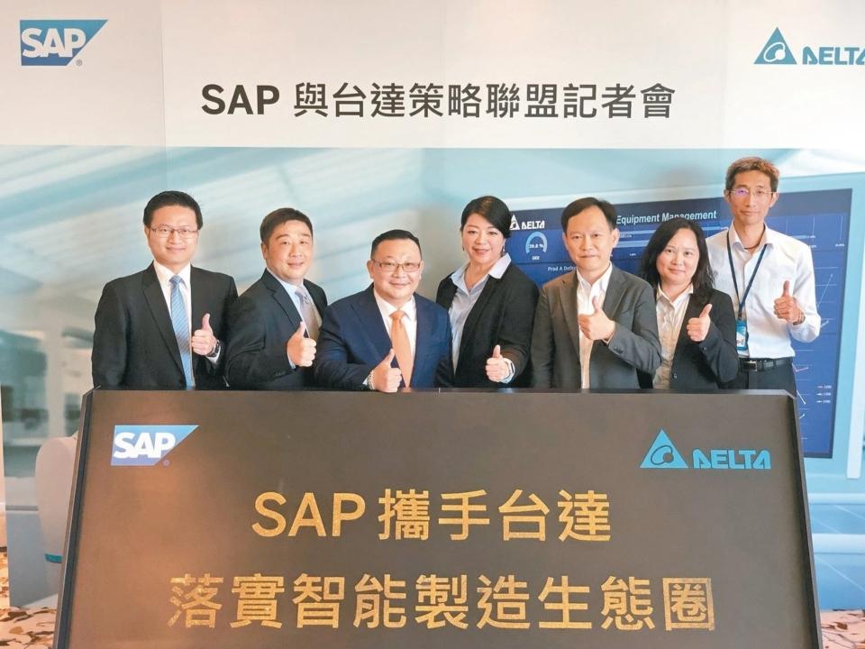 SAP全球副總裁暨台灣總經理謝良承(左三)與台達電資訊長柯淑芬(左四)宣布策略合作,共同打造智能製造生態圈。 記者蕭君暉/攝影